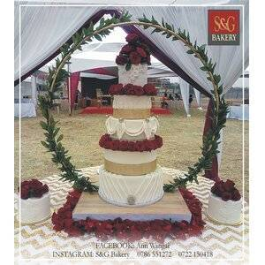 WEDDING CAKES: HOOP WITH RED ROSES 005